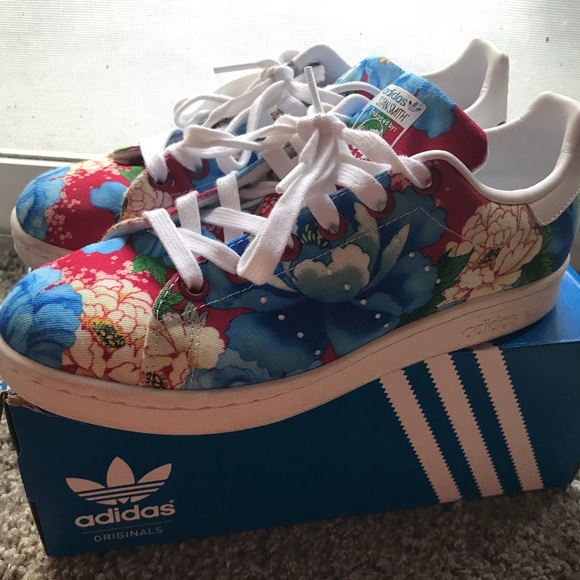 Le adidas stan smith floreali poshmark